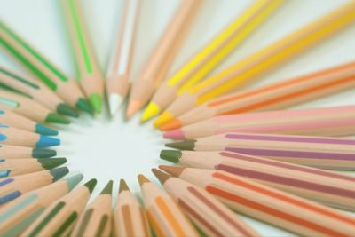 Coloring pencils with all the colors of the rainbow in the shape of a circle